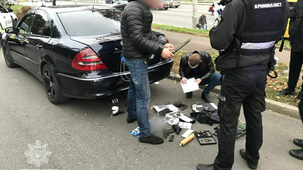 З наркотиками у салоні: у Києві патрульні випадково спіймали озброєного викрадача машин - Київ