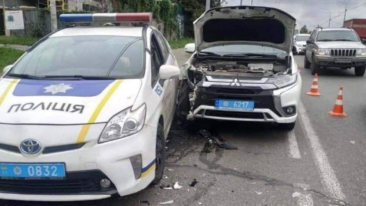 У Києві на смузі для громадського транспорту зіштовхнулися машини патрульних - Київ