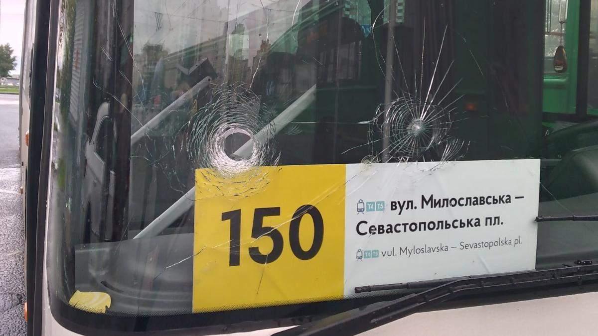 У Києві тітушки напали на автобуси компанії, яка перейшла на нові правила перевезень пасажирів - Новини Київ - Київ