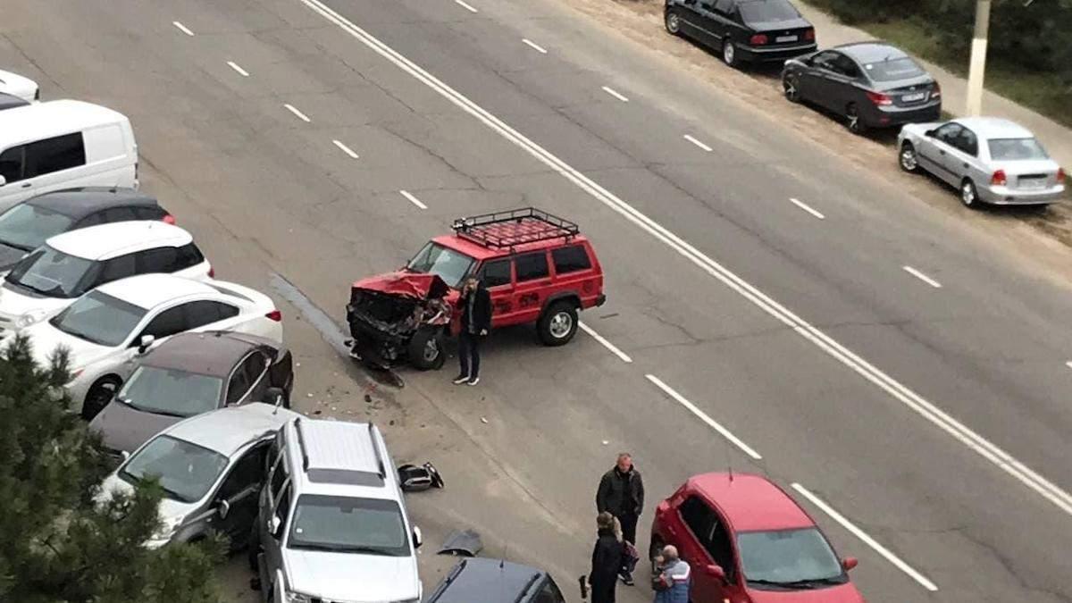 На Одещині 17-річний на джипі розбив 6 припаркованих автівок: епічне відео - Новини Одеса - 24 Канал