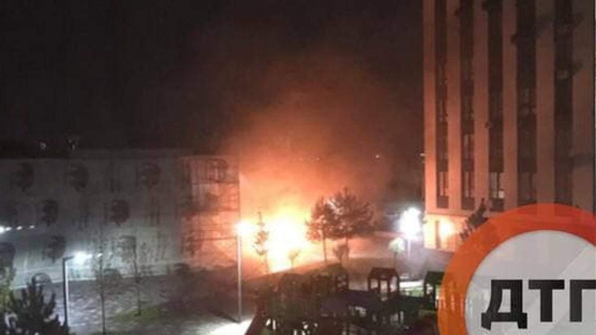 Під Києвом у новому ЖК невідомий вдруге підпалив машини, згоріли 5 автівок - Київ