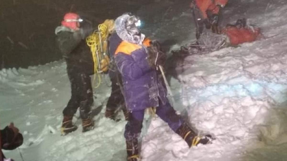 Девушка потеряла сознание и умерла, другие замерзли: гиды рассказали о трагедии на Эльбрусе