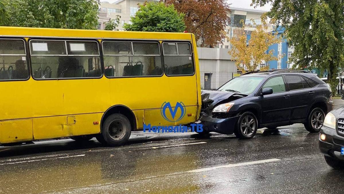 В центре Киева внедорожник на скорости врезался в маршрутку с пассажирами
