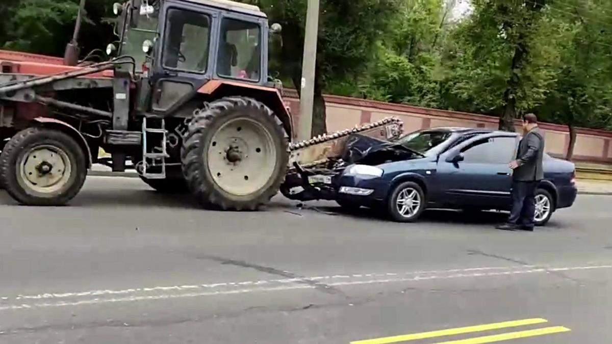 В Одесі авто налетіло на пилку трактора: відео моменту аварії - Новини Одеси - 24 Канал