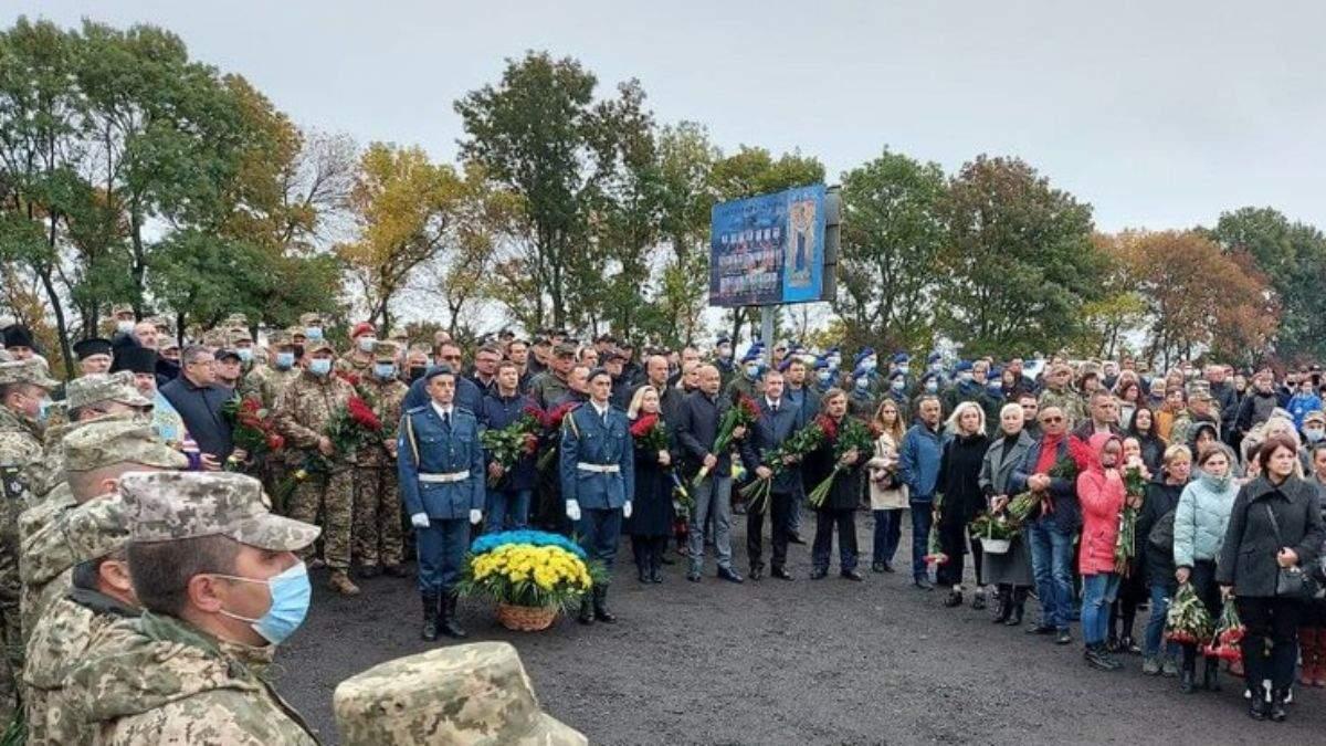 Тисячі людей несуть квіти: на Харківщині вшановують пам'ять загиблих в авіакатастрофі Ан-26 - Новини Харкова сьогодні - 24 Канал