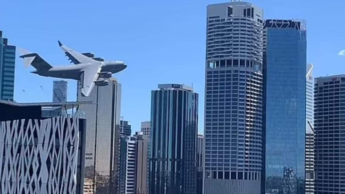 Полоскотав нерви очевидцям: в Австралії літак пронісся між хмарочосами - вражаюче відео - 24 Канал