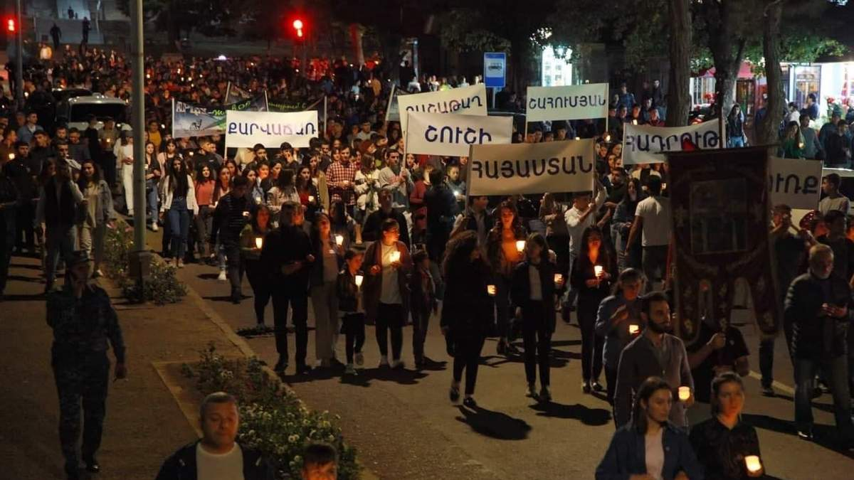 Зібрались тисячі людей: у Єревані пройшла масова хода з факелами – вражаючі фото та відео - 24 Канал