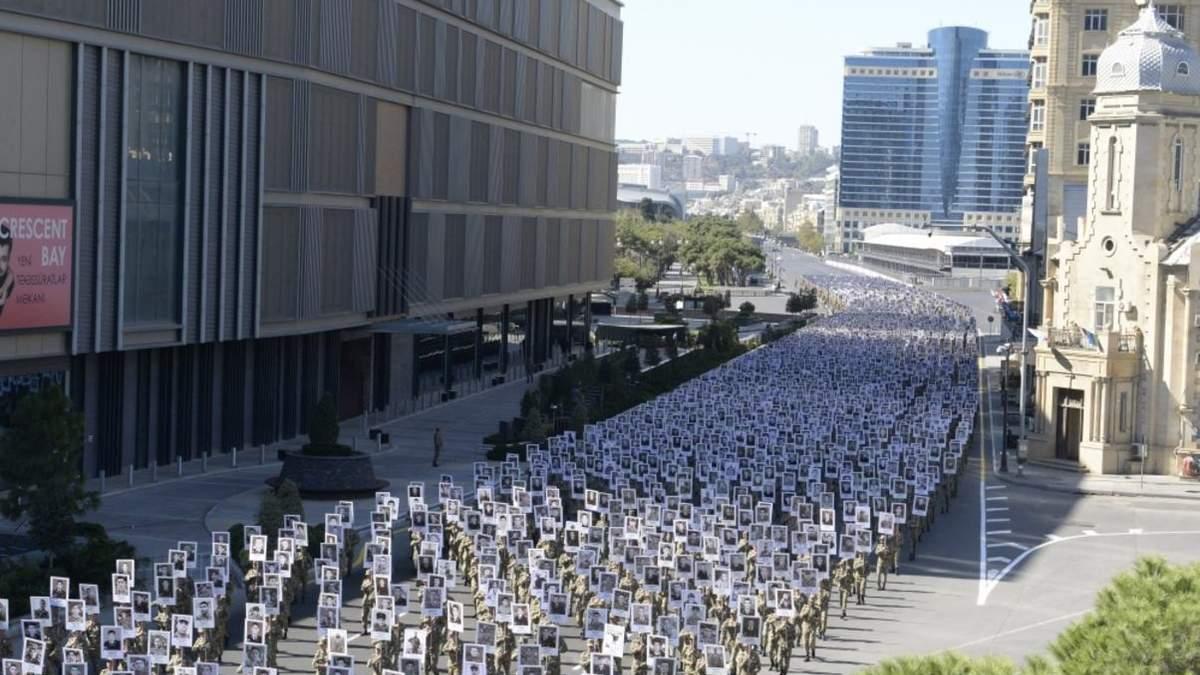 Несут плакаты погибших в войне за Карабах: в Баку прошло шествие военных – печальные фото