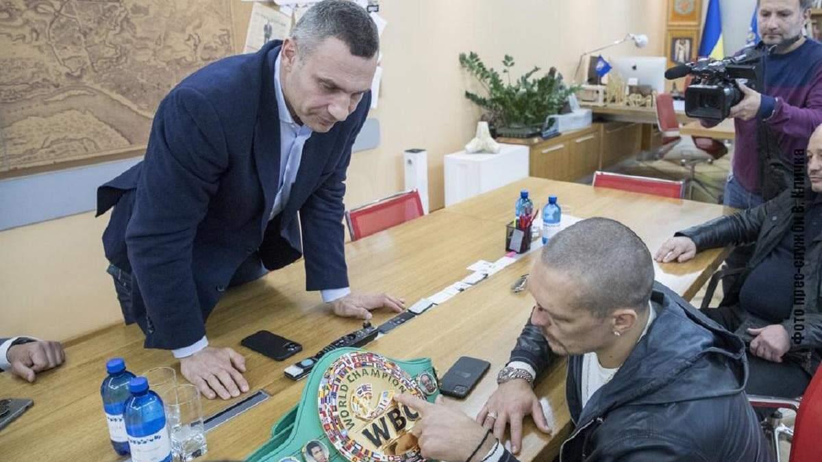 Кличко подарил Усику свой пояс чемпиона мира по версии WBC на удачу