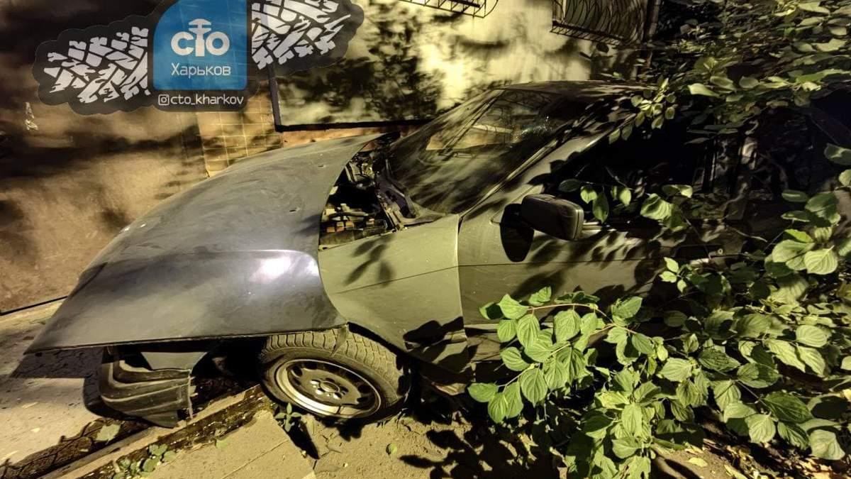 У Харкові легковик врізався в під'їзд житлового будинку: відео з місця ДТП - Новини Харкова сьогодні - 24 Канал