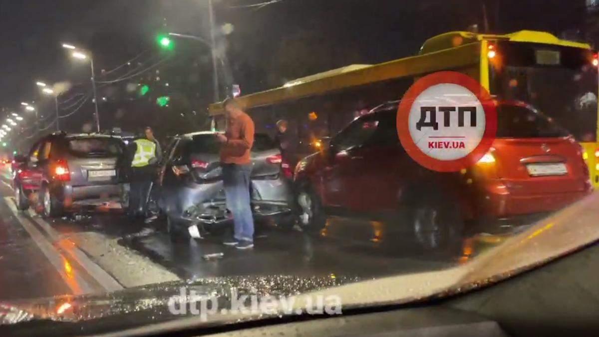 На Харківському шосе у Києві масштабна аварія з 7 машин та автобуса заблокувала проїзд - Київ