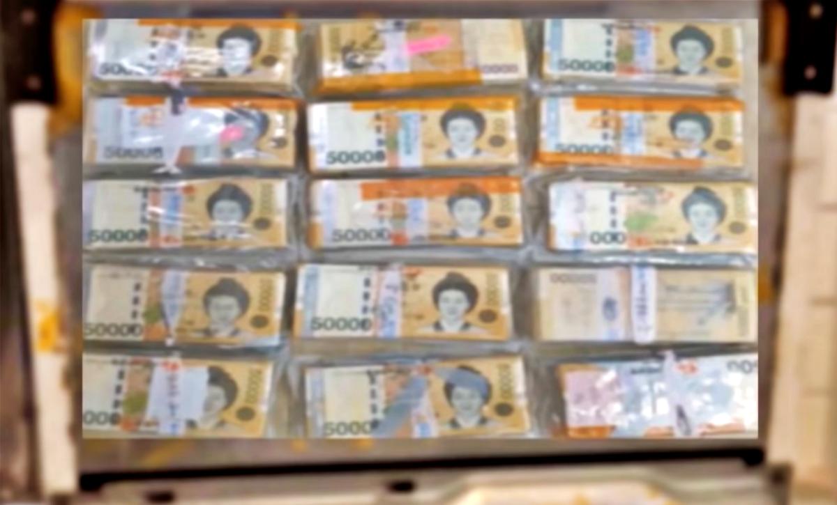 Чоловік знайшов 95 000 доларів, приклеєних до холодильника