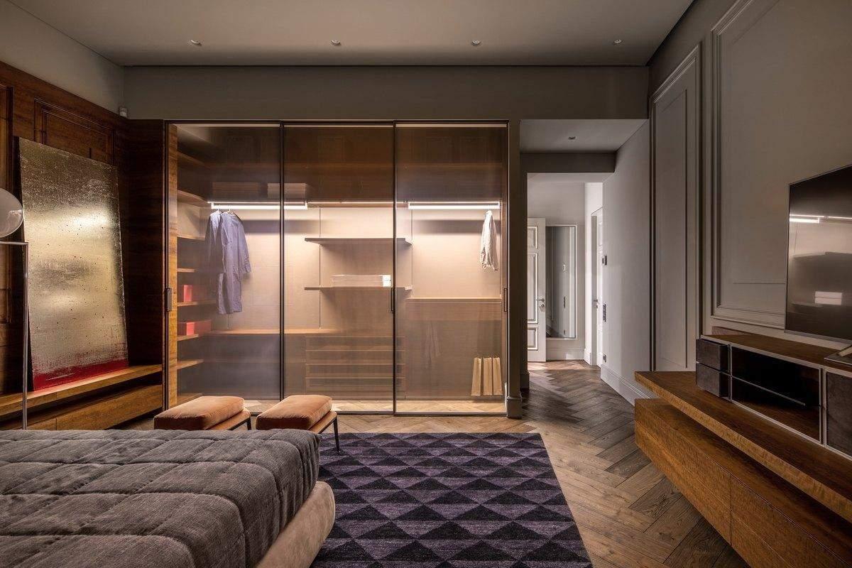 Відкритий гардероб у спальні