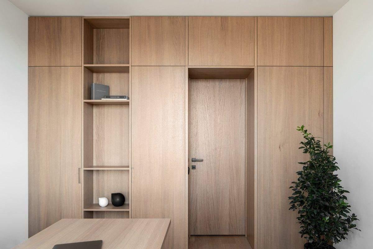 Встроенные шкафы выполняют роль гардеробной