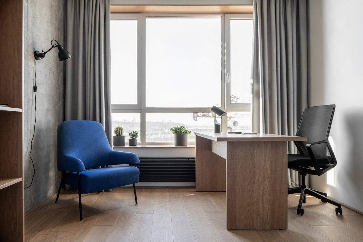 В квартире достаточно большие окна дают много естественного света
