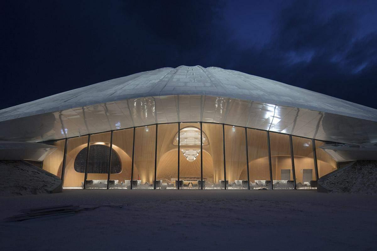 Красива підсвітка будівлі / Фото World Architecture