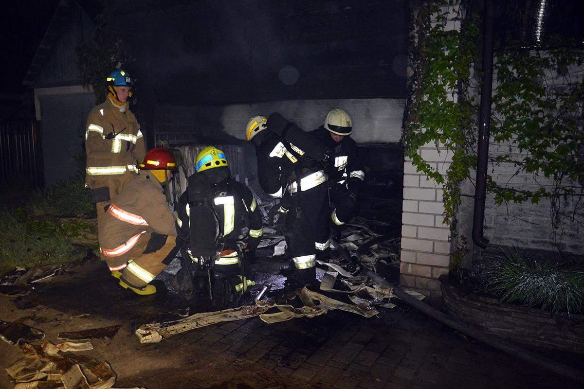 пожежа у Дніпрі згорів гараж у приватному будинку загинув чоловік