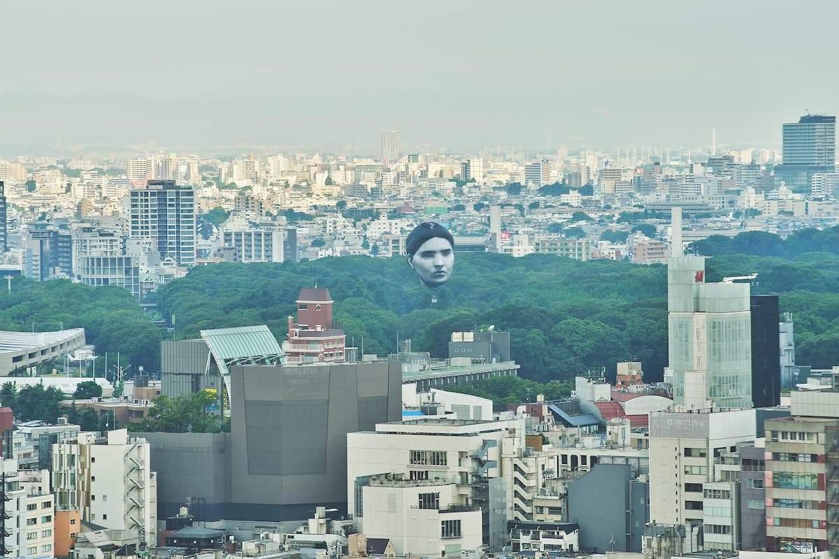 Повітряна куля у вигляді голови в Токіо