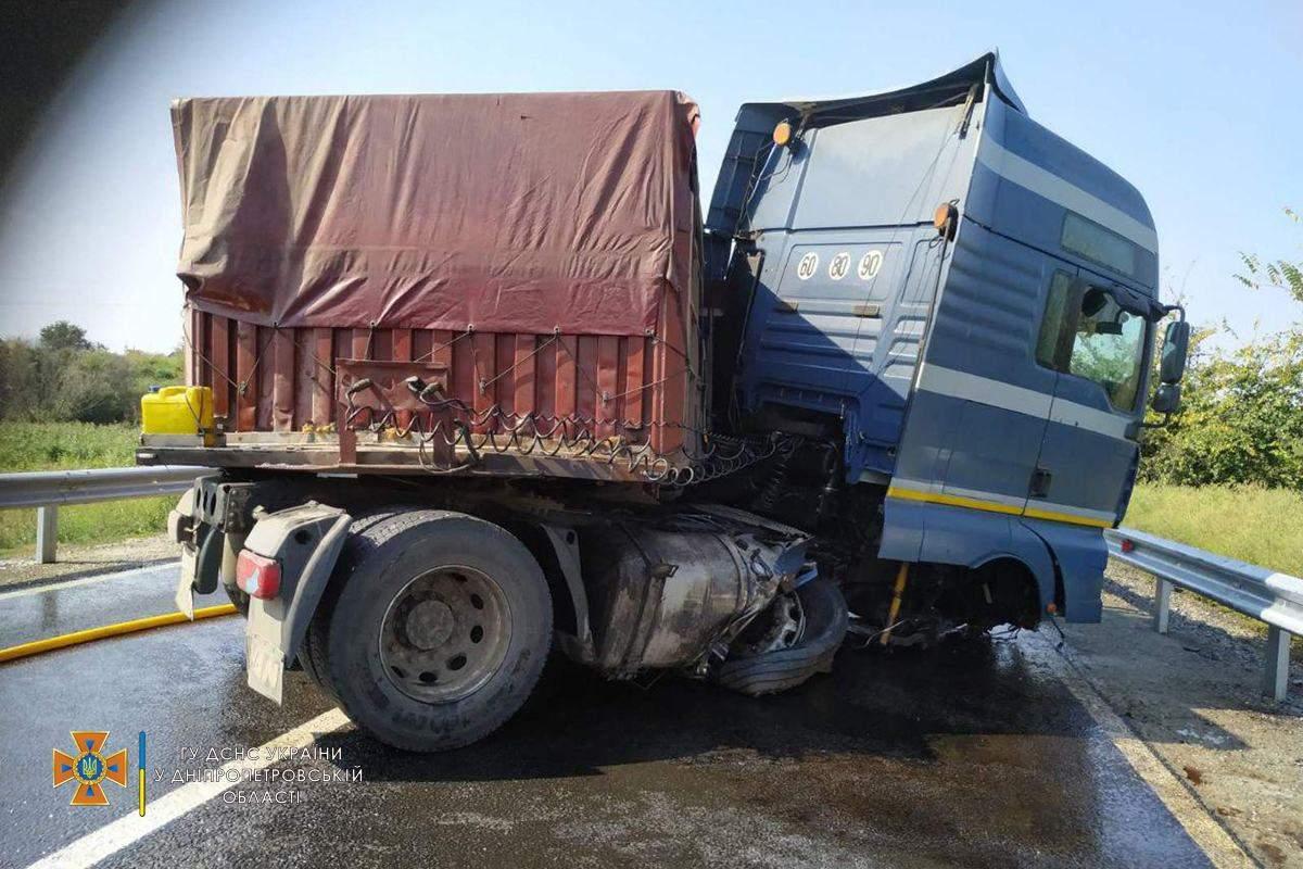 Під Дніпром пальне вантажівки залило дорогу