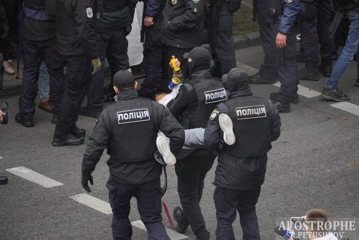 Правоохоронці виносили активістів на руках