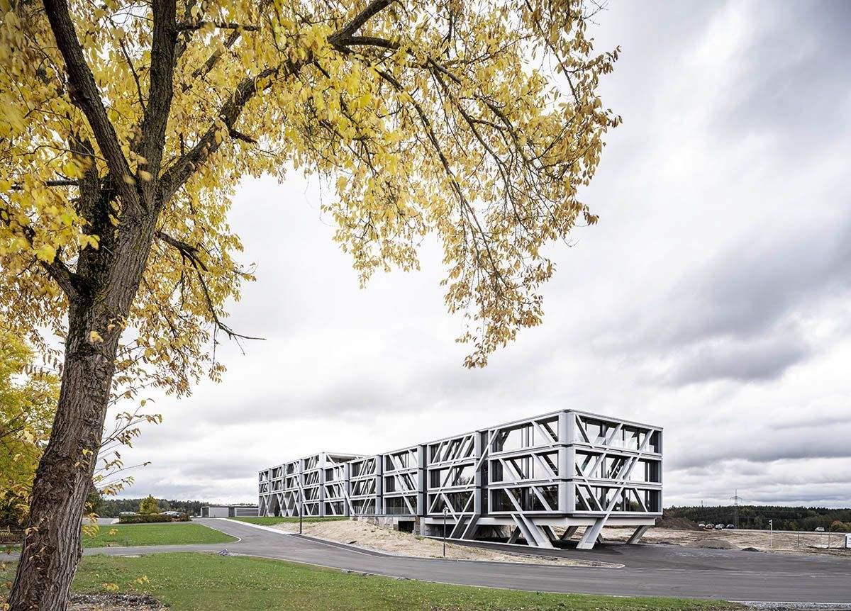 Будівля обгорнута каркасною структурою  / Фото World Architecture