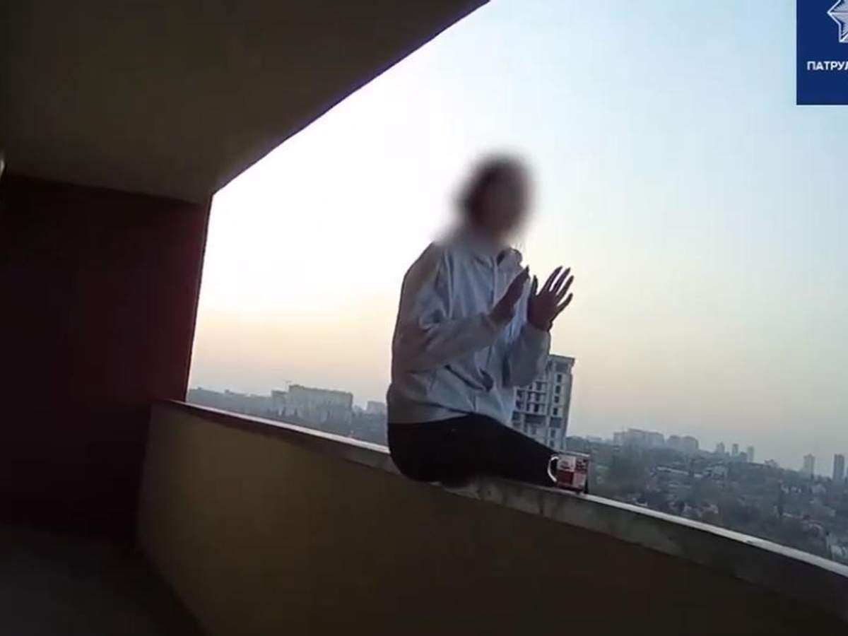 У Києві патрульні завадили 20-річній дівчини стрибнути з висоти
