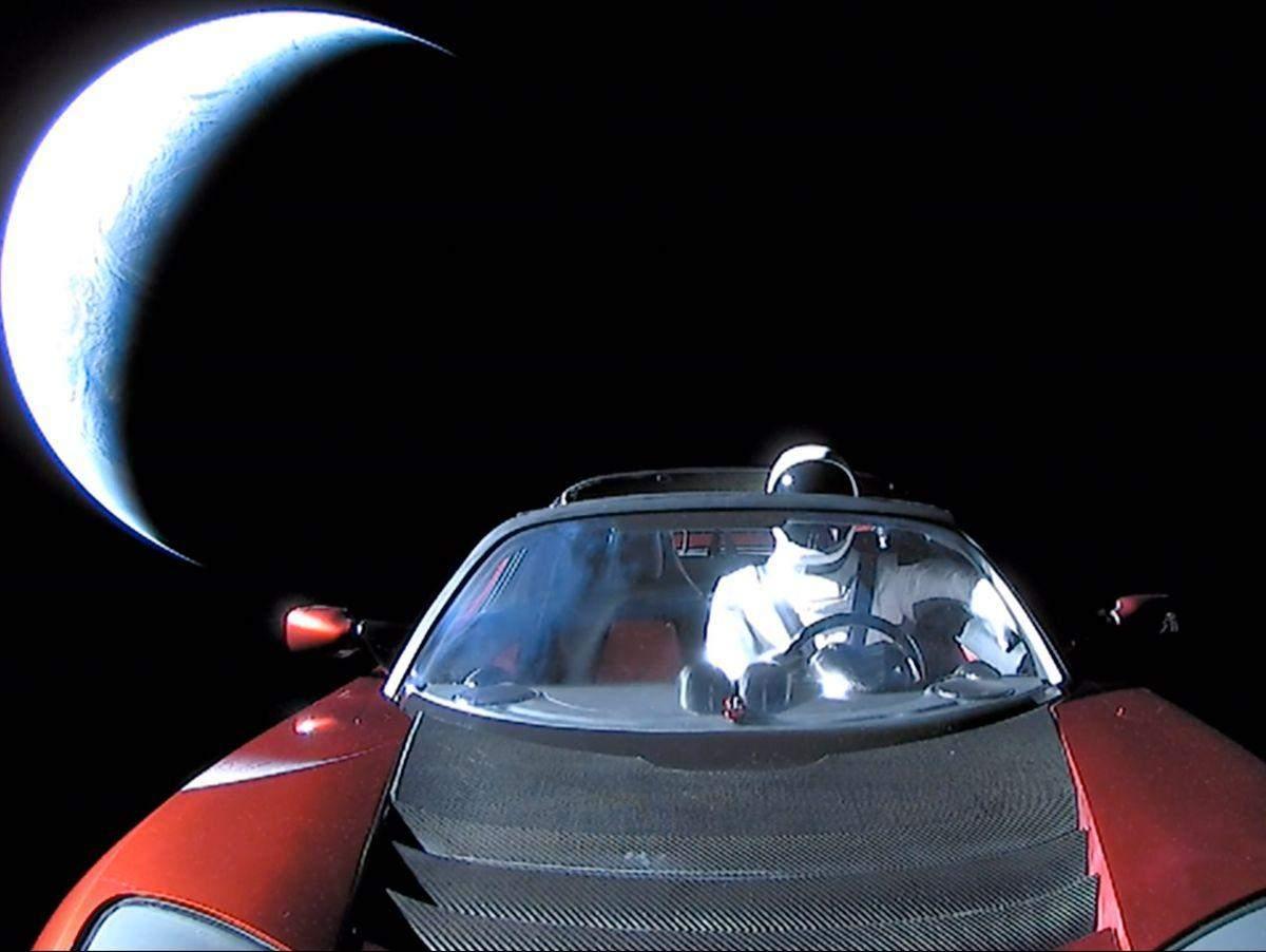 Два дітища Маска - автомобіль Tesla, запущений ракетою SpaceX