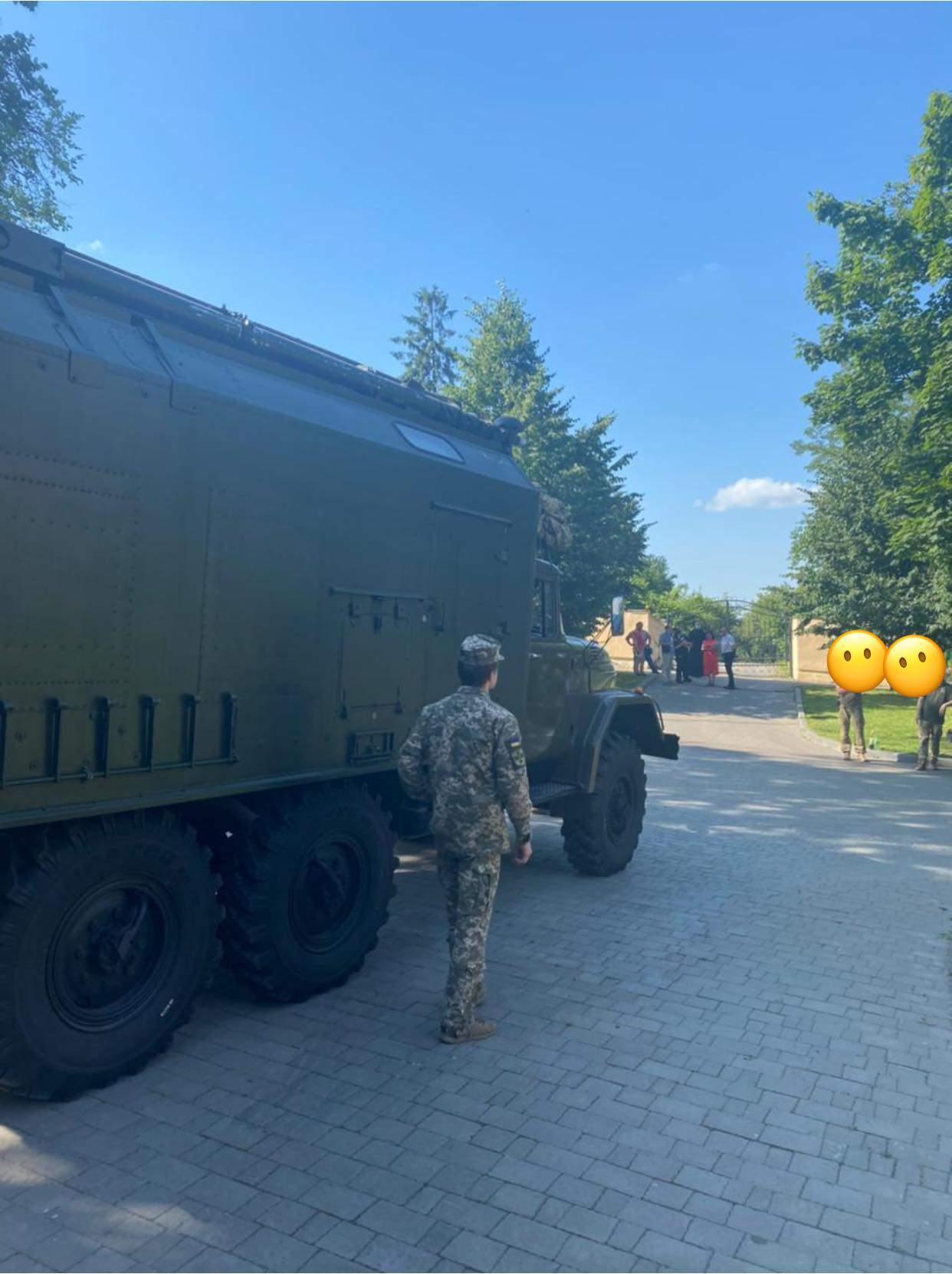 Проїхала військова техніка: УГКЦ заявила про рейдерське захоплення Митрополичих садів у Львові