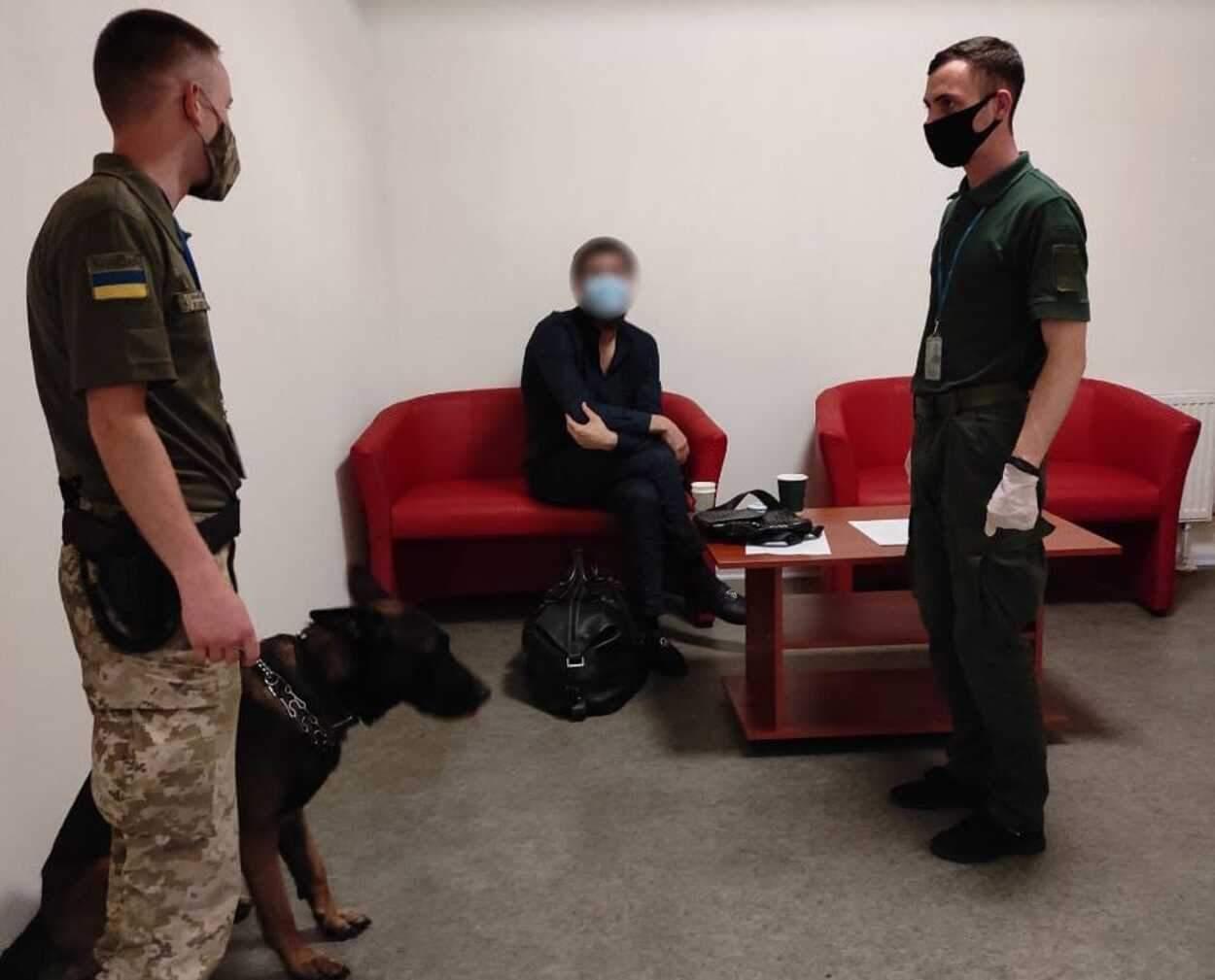 ️У харківському аеропорту прикордонники затримали вбивцю з Росії: фото
