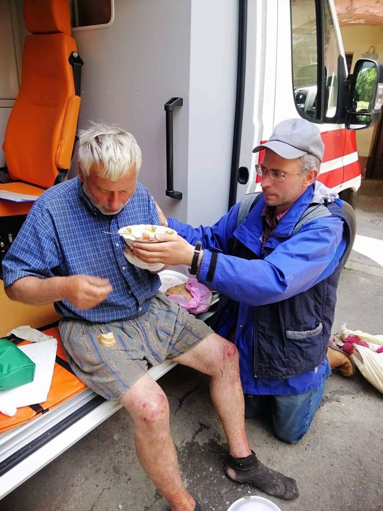 Загадково зник 5 днів тому: неподалік Львова перехожий випадково врятував дідуся – фото