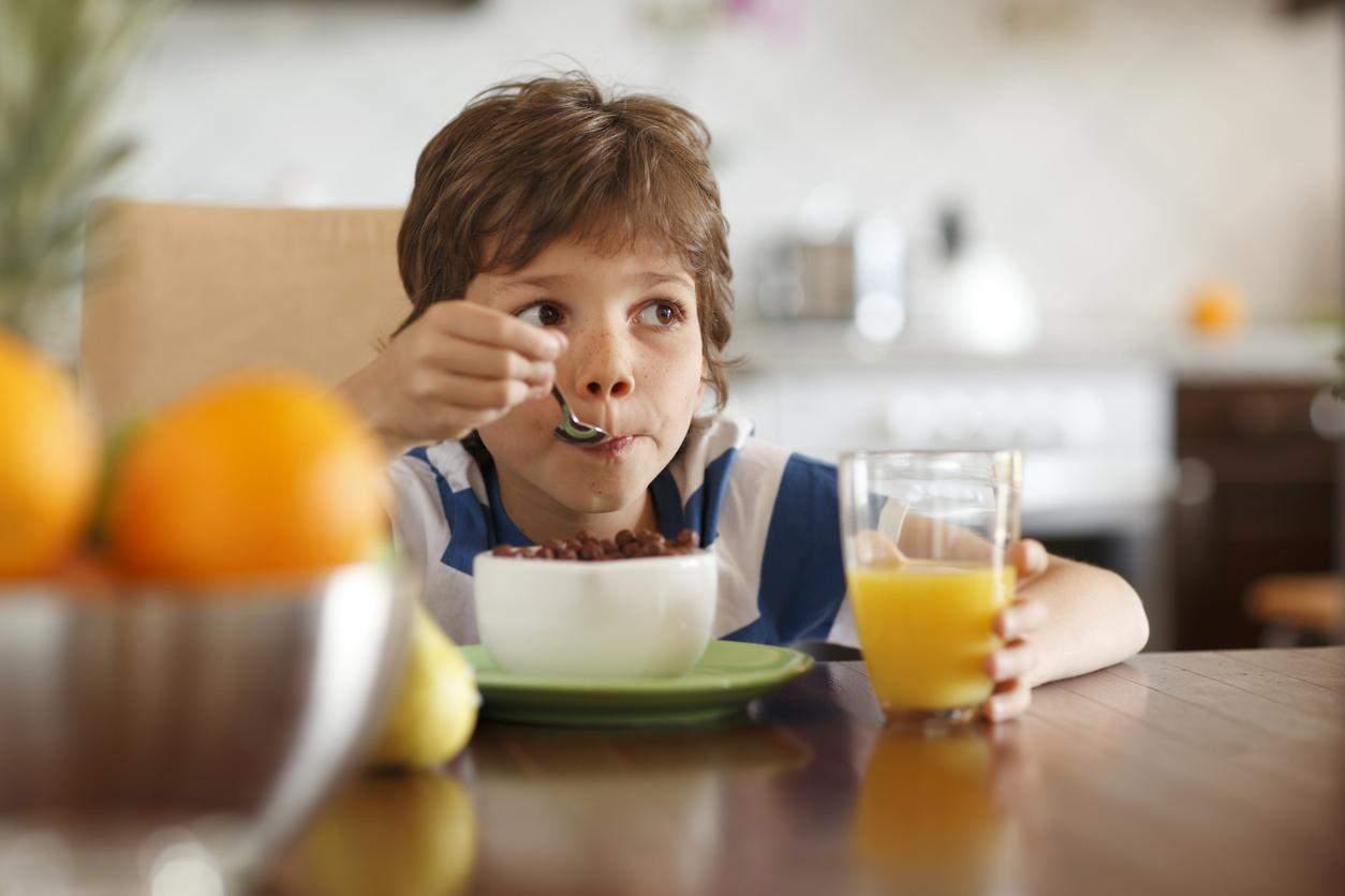 Дитина снідає
