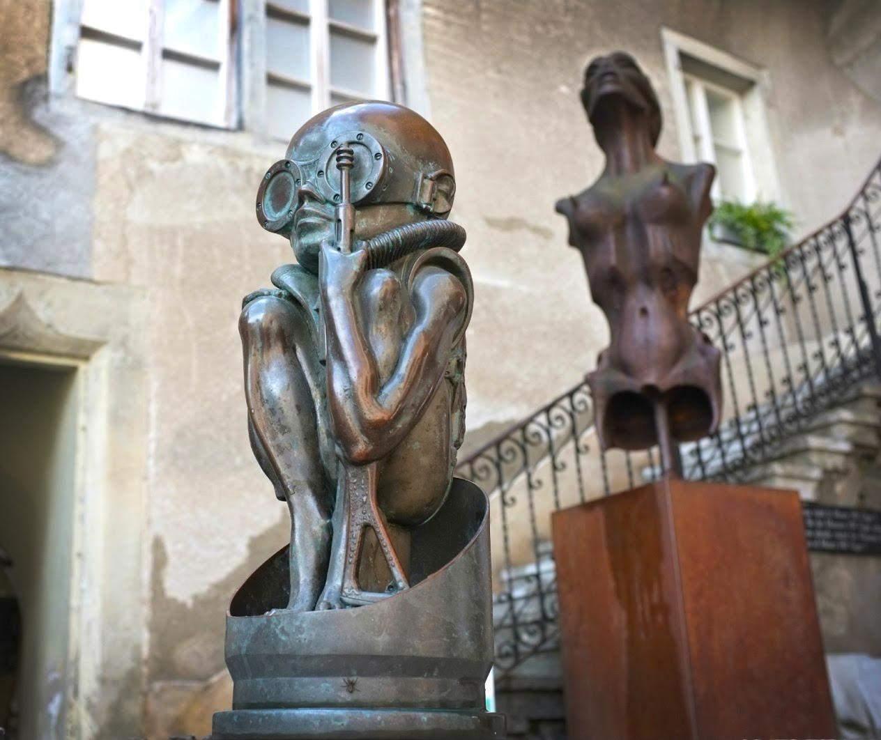 На входе посетителей встречает жуткая скульптура