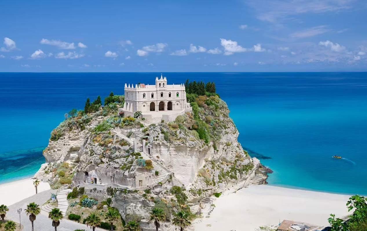 Монастир біля пляжу в Тропеа