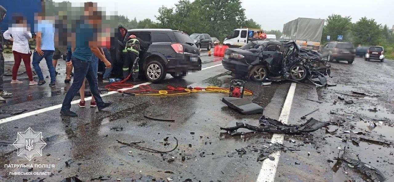 Одна людина загинула, 4 – травмувались: на Львівщині трапилась моторошна у лобова ДТП – фото