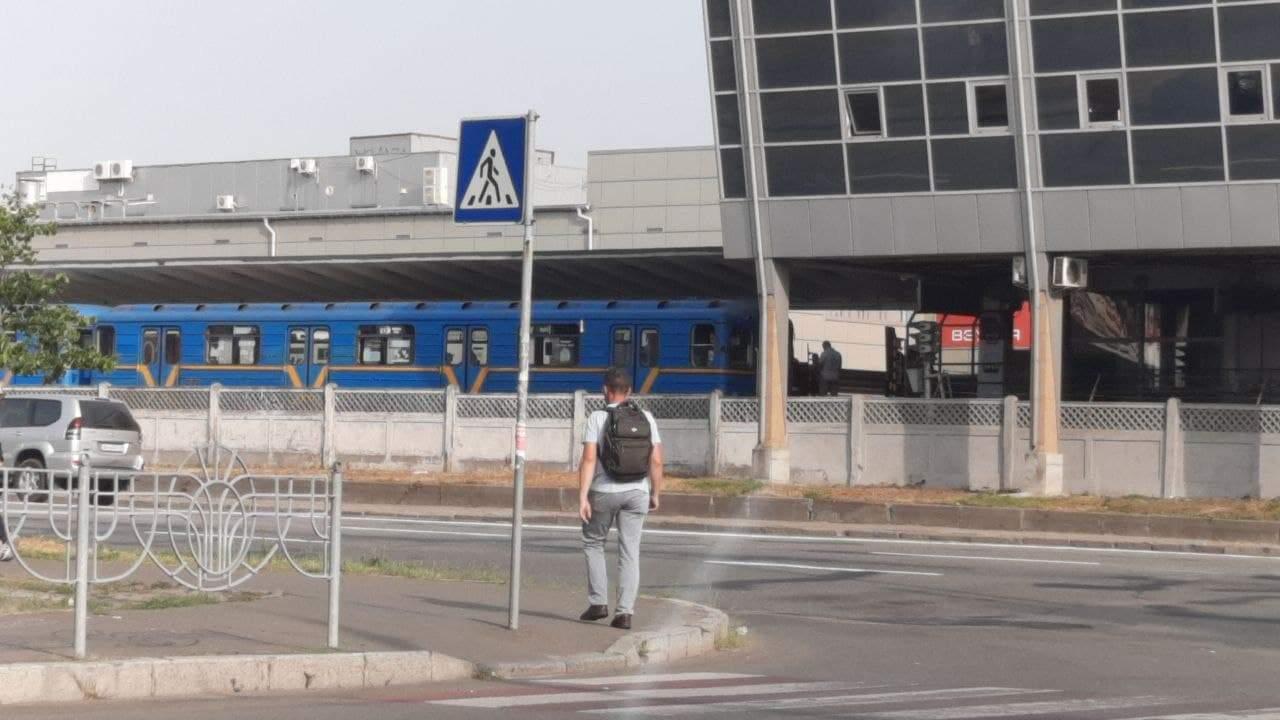 У Києві в метро людина потрапила під потяг