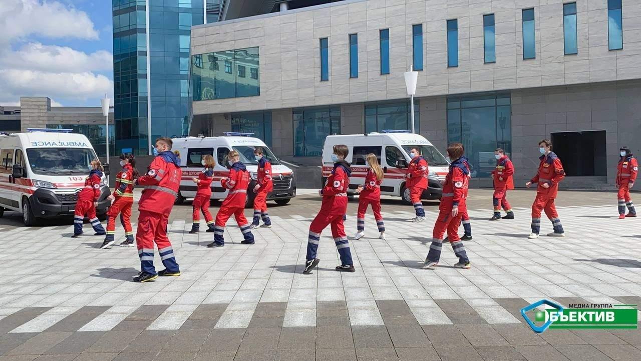 танцюють медики біля Держпрому в Харкові