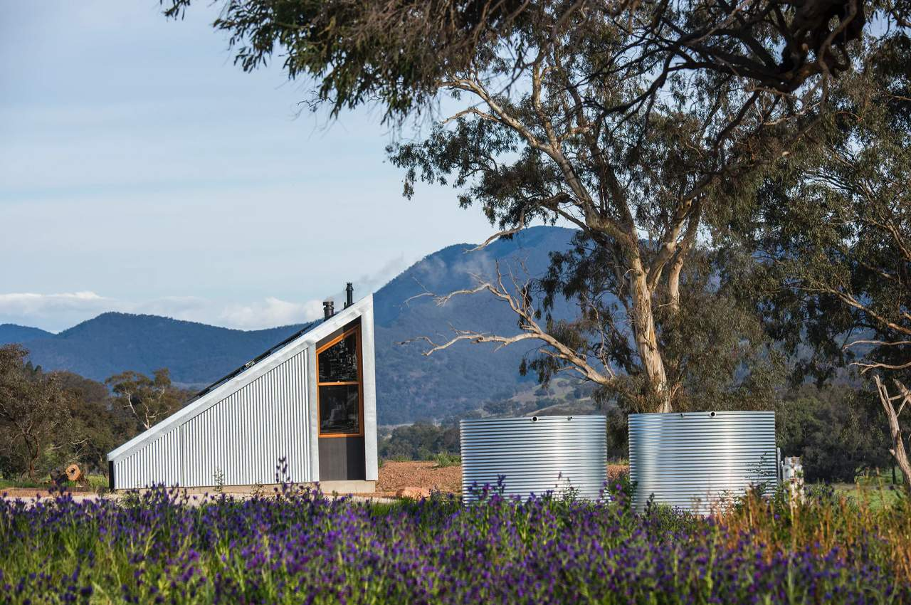 40 квадратів, використаних на максимум: як виглядає крихітний дім з перероблених матеріалів