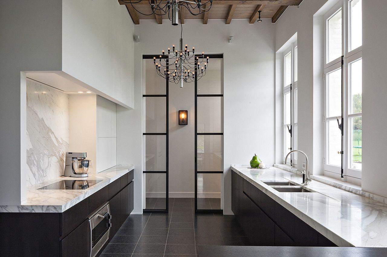 Класичні розсувні двері в кухні