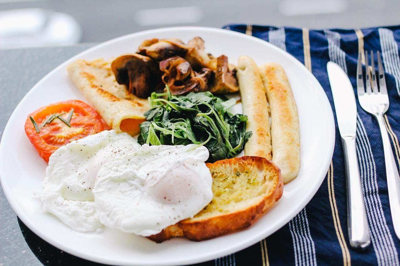 Ідеальний сніданок повинен містити довгі вуглеводи, білки та жири