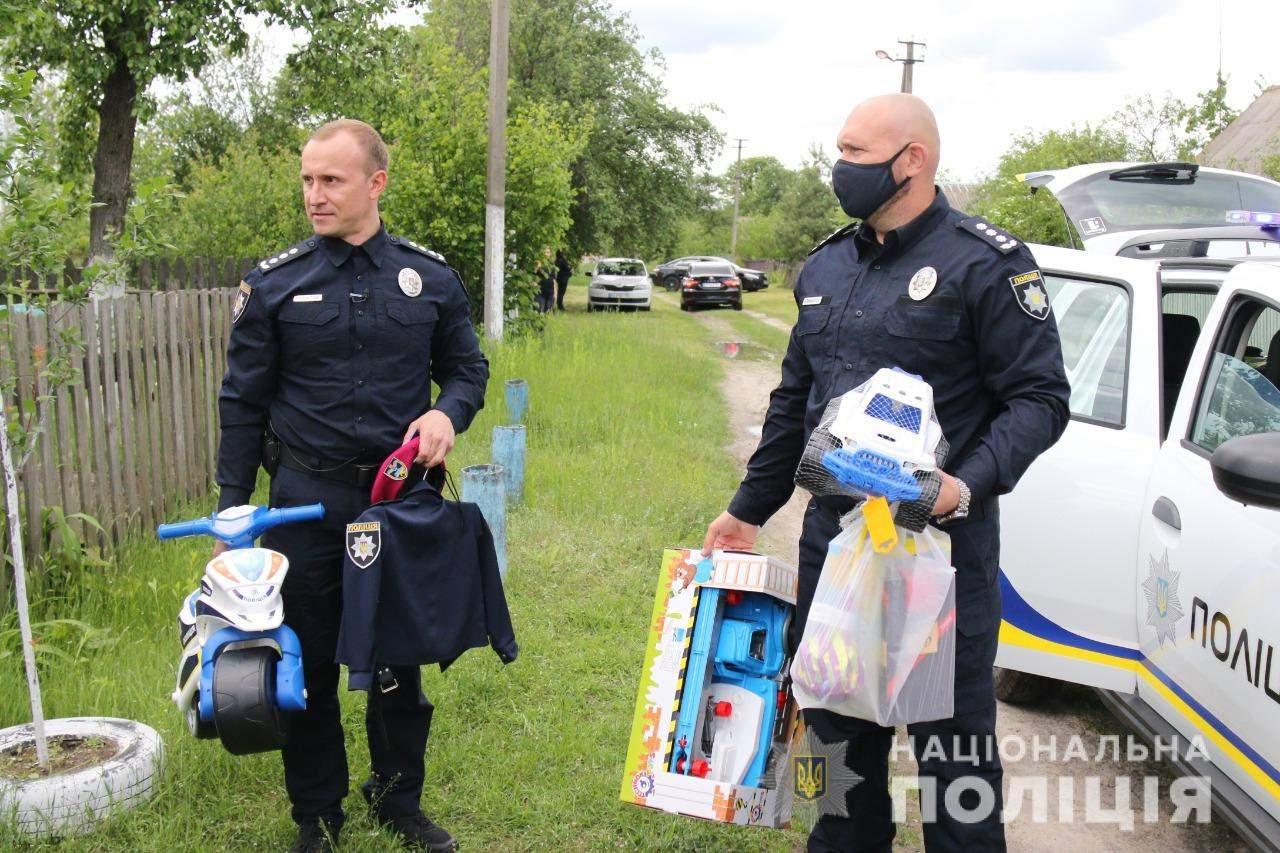 Поліція приїхала з подарунками до Богдана Уніченка