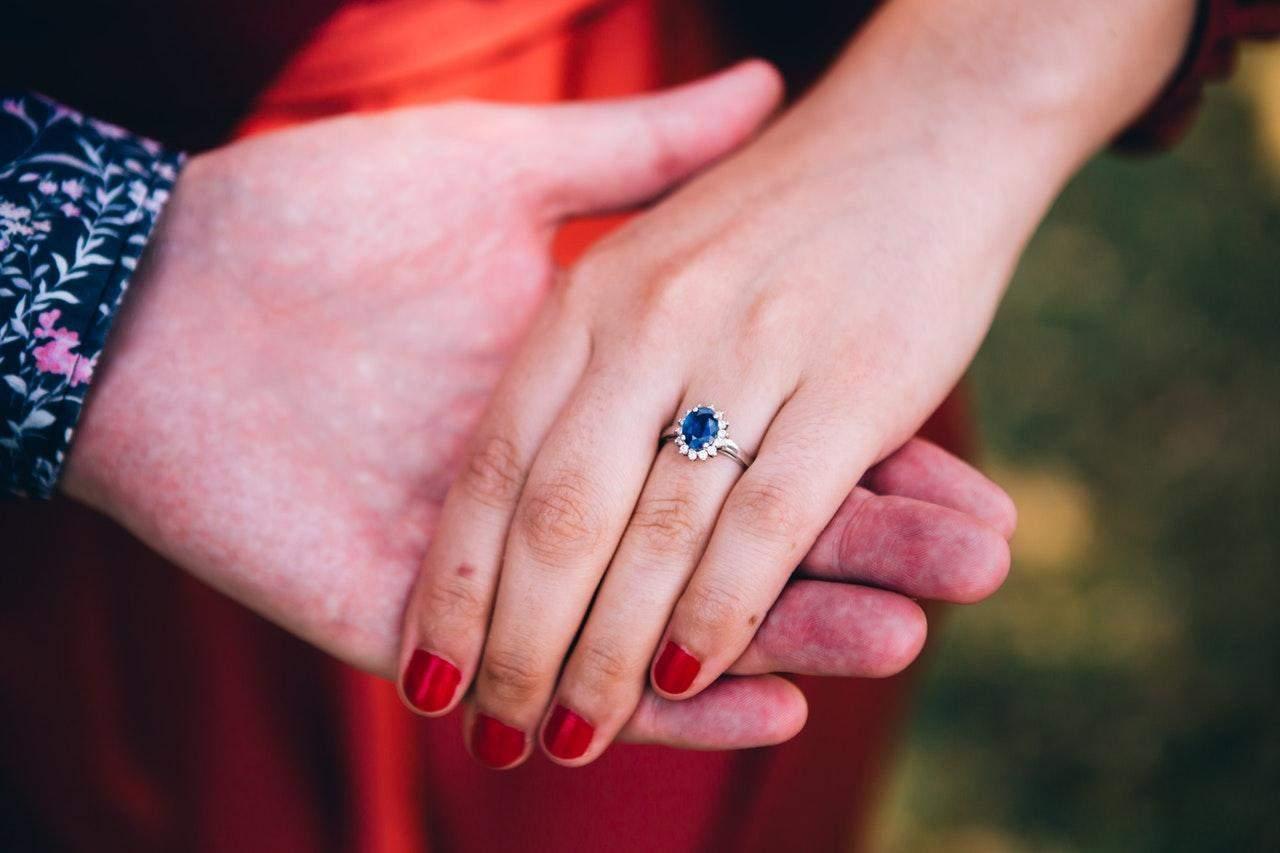 Парень запретил девушке снимать кольцо, которое он ей подарил
