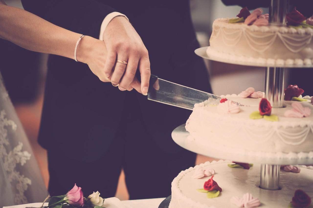 Наречені попросили гостя віддати гроші за зайвий шматок торта