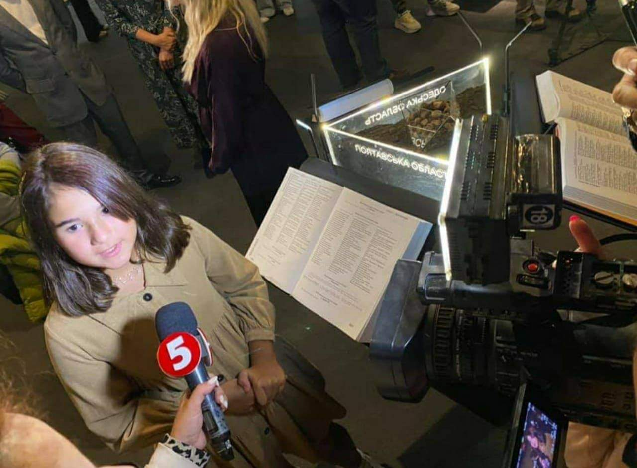 Александра Петровська озвучила  українську та англійську версію тексту фільму, виконаного в технології 3D-мапінгу