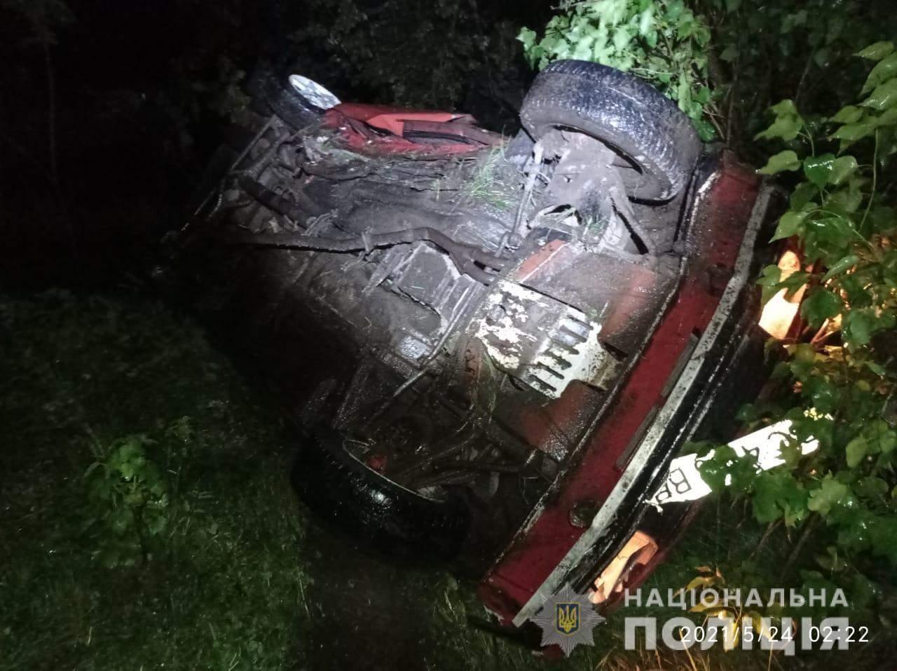 На Львівщині авто п'яного водія вилетіло в кювет і перекинулось: постраждали неповнолітні