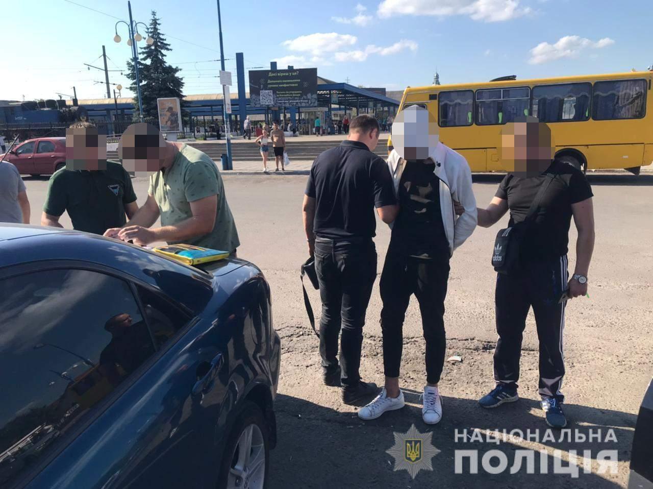 Підрізав таксиста: львівські поліцейські затримали підозрюваного – фото