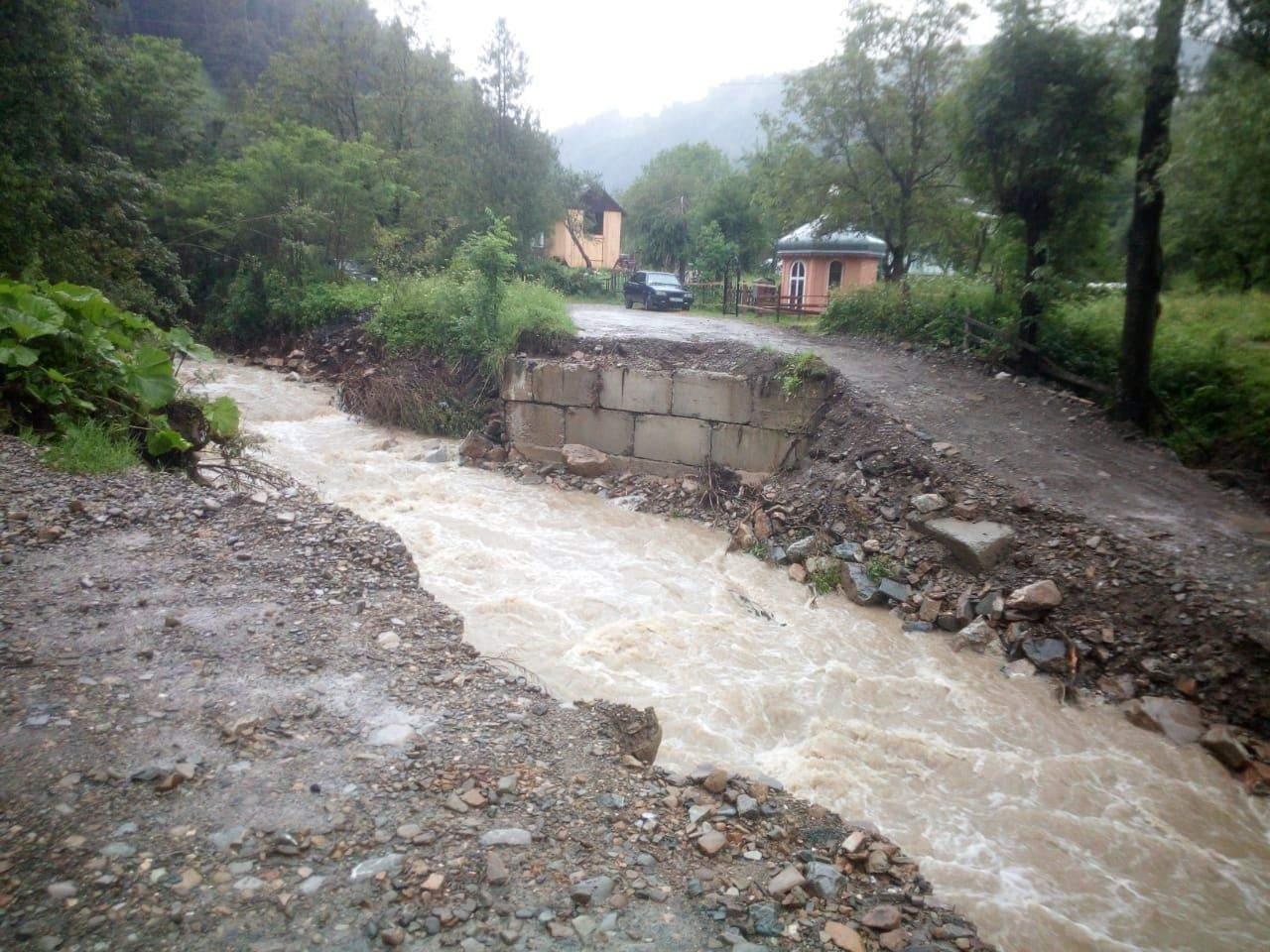Через сильний дощ відсутнє транспортне сполучення до прикарпатських сіл