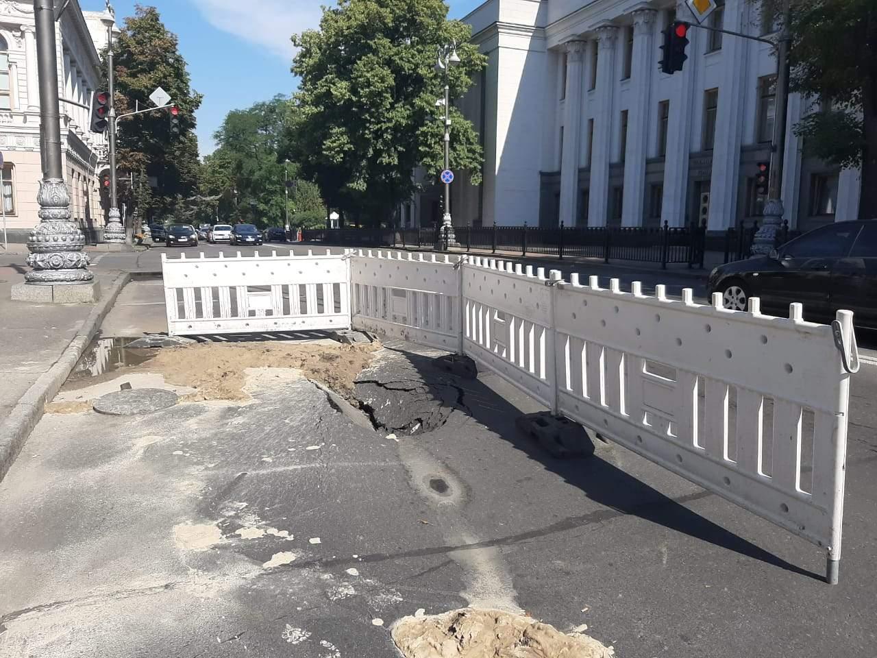 Біля Верховної Ради провалився асфальт