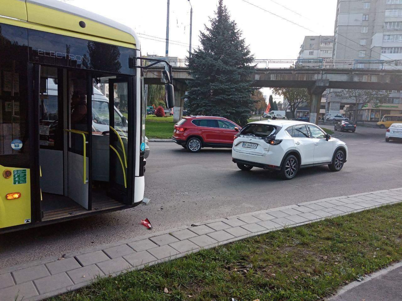 У Львові запустили тролейбус за новим маршрутом: він вже встиг потрапити у ДТП – фото