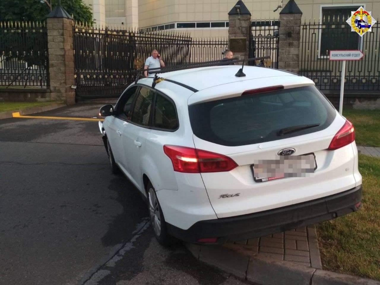 Минск, ДТП, протаранил ворота посольства России, РФ, наркотики