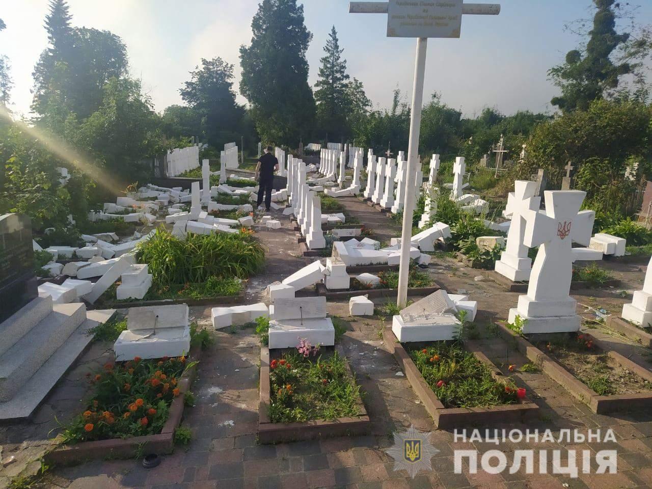 На Львівщині 20-річний юнак розтрощив майже 60 хрестів на могилах січових стрільців: фото